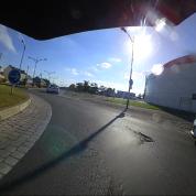 Passer le rond point de la Passerelle sans se faire écraser, heureusement les freins fonctionnent sur le vélo, comme la sonnette. La bagnole s'est mise à l'arrêt.