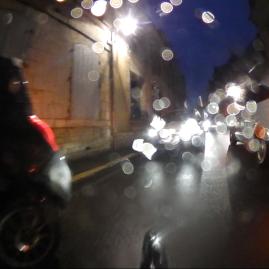 3 voitures bloquent le passage le temps de déposer Charles-Henry-Édouard
