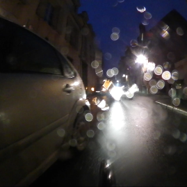 1 tour de roue après, une voiture qui ne vous voyait pas à cause des autres veut vous couper la route pour déposer Sofie-Annette…