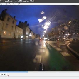 Un cycliste attentif à Orléans, un jour de pluie. C'est difficile à voir sur la photo mais le criminel est passé avant la voiture sur votre droite.