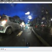 Le cycliste a bien deviné, le dealer (?) tourne d'une place de parking à une autre.