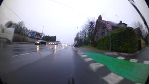 Heureusement que le colleur d'affiche m'avait déjà éjecté du trottoir de la RN20, limitée ici à 50km/h.
