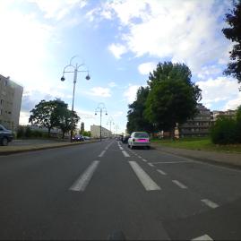 Un cycliste dans sa bande cyclable voit la portière entre-ouverte