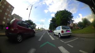 Il use de la sonette, un coup, pour se signaler car à sa gauche, il y a une auto.
