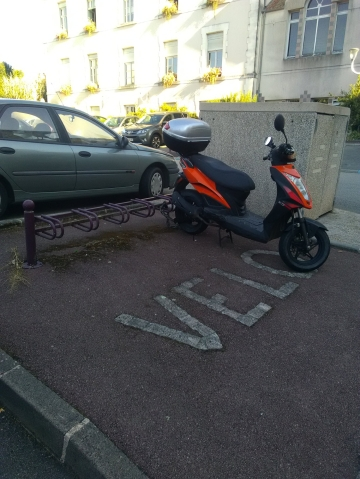 Derrière de la mairie, GCUM scooter