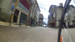 Un panneau « sauf vélo » manque sous le sens interdit (dans le sens montant, la rue Karl Marx entre en zone 20)