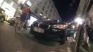 une cycliste arrive, la c*******e ouvre la portière
