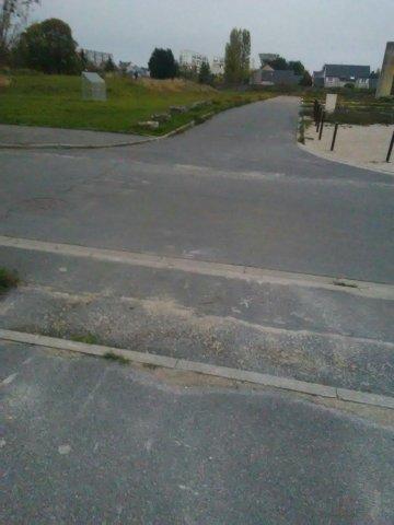 Sur le trottoir de la sortie