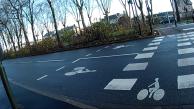 Avant de traverser, les sas vélo montrent combien sont merdeux les aménagements des lieux.