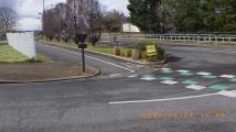 Quand un équipement longe une route, il doit bénéficier de règles de priorité identiques à celle-ci.