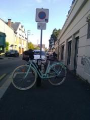Tu sais que tu es à Orléans quand l'arceau à vélo est posé de manière à gêner les piéton·ne·s