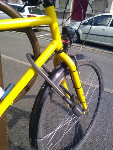 Mon vélo accroché « cadre-roue-support »