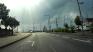 Sur la droite, il y a une bande plus un trottoir peint (voir panneau), alors que la route… non rien.
