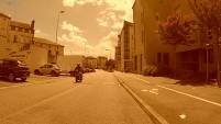 Le trottoir est protégé du stationnement, pas la bande peinte qui est souvent occupé par les camarades voituristes