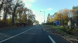 Pas de sur-interprétation du groupe de cyclistes. C'est une sortie, le dimanche, en famille, et il n'y a pas de piétons sur le trottoir.