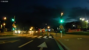 RN20 (c'est neuf, 2020) Normalement, il y a une traversée pour les piétons et les cyclistes