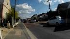 Toujours sur le trottoir, il faut échapper à la bordure et laisser passer le flux de circulation.
