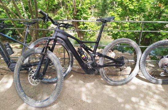 bicicletes-el25c325a8ctriques-btt-negres