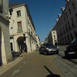 Les 2 sont en sens interdits. 1 voulait circuler sur les rails du tram, l'autre voulait rouler sur les vélos.